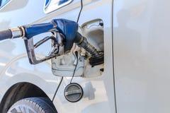 De machine met brandstof vult stock afbeelding