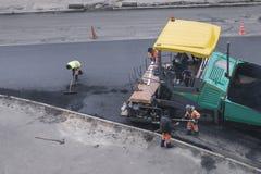 De machine van de asfaltbetonmolen of betonmolenafwerker stock afbeeldingen