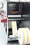 De machine van de broodjesdruk in het werk proces voor verpakkingsindustrie stock foto's