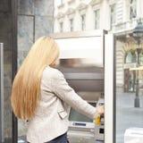 De machine van de het gebruiksBank ATM van de vrouw Royalty-vrije Stock Afbeelding