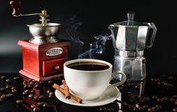 De machine van de molenCoffee van de koffiekop en kaneel donkere achtergrond Stock Afbeeldingen