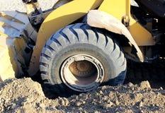 De machine van de wielbulldozer om zand bij het eathmoving van de werken in bouwwerf te scheppen Stock Foto