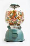 De machine van Gumball van een oude opslag in 1950 Stock Foto