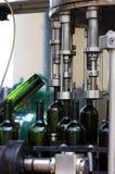 De Machine van het flessenvullen stock foto's