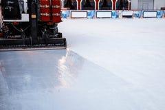 De machine van het Resurfacerijs maakt de ijsbaan glad Onderst deel - rubbe stock fotografie