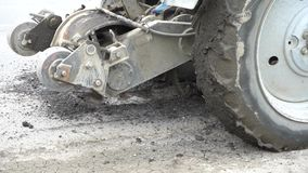 De machine van het wegmalen snijdt het oude asfalt In aanbouw Vernietiging van het wegdek De snijder snijdt een laag van asfalt l stock footage