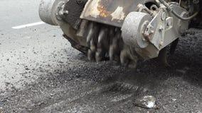 De machine van het wegmalen snijdt het oude asfalt In aanbouw Vernietiging van het wegdek De snijder snijdt een laag van asfalt P stock videobeelden