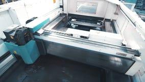 De machine van de lasergravure Industrieel materiaal voor metaalbewerking stock videobeelden