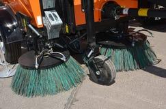 De machine van de straatveger fow was en het schoonmaken asfaltweg Straat het schoonmaken stock afbeeldingen