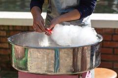 De machine van de suikergoedzijde met witte candyfloss royalty-vrije stock foto