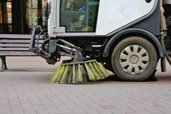 De machine van de vegersauto het schoonmaken op de straten stock afbeeldingen