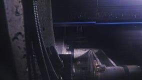 De machine van de zaagmolen cirkelzaag Vervaardiging van plastic waterpijpenfabriek Proces om plastic buizen op de machine te mak royalty-vrije stock foto's