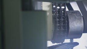 De machine van de zaagmolen cirkelzaag Vervaardiging van plastic waterpijpenfabriek Proces om plastic buizen op de machine te mak royalty-vrije stock afbeeldingen