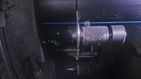 De machine van de zaagmolen cirkelzaag Vervaardiging van plastic waterpijpenfabriek Proces om plastic buizen op de machine te mak stock afbeelding