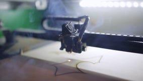 De machine voor spaanplaat van laser de scherpe houten dichte omhooggaande besnoeiingen en de rook verschijnt stock video