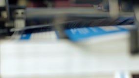 De machine werkt bij het drukhuis stock footage