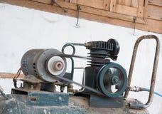 De machinemotor van de luchtpomp bij het werken Stock Afbeeldingen