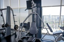 De machines van de oefeningssport in de gymnastiek royalty-vrije stock afbeeldingen