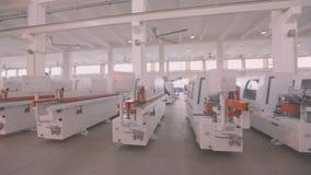 De machines van de pakhuishoutbewerking, de Nieuwe tribune van houtbewerkingsmachines op een rij in voorraad stock videobeelden
