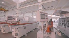 De machines van de pakhuishoutbewerking, de Nieuwe tribune van houtbewerkingsmachines op een rij in voorraad stock video