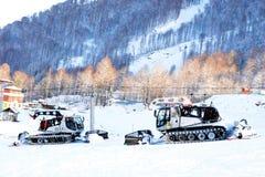 De machines van de sneeuwverwijdering bewegen zich op de berg stock afbeelding
