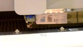 De machines van de vezellaser voor om metaal te snijden stock footage
