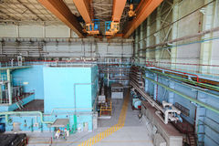 De machineszaal van machtsgenerators met kranen en arbeiders Royalty-vrije Stock Afbeelding