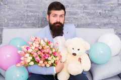 De macht van bloem de dag van vrouwen Bloem voor 8 Maart Gebaarde mens met tulpenboeket Liefde u Heden met liefde royalty-vrije stock foto