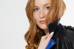 De macht van de vrouwenschoonheid Sluit omhoog van rood die haired meisjesgezicht en leerjasje op witte achtergrond wordt ge?sole royalty-vrije stock foto's