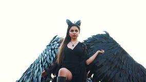 De machtige donkere die engel van hemel is gedaald, wrede maitresse van wereld gaf haar ziel aan de duivel en nam de kant van kwa stock videobeelden