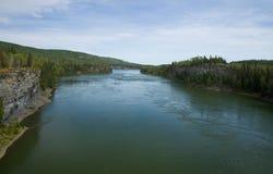 De machtige stromen van Peace River door een noordoostelijke kloof, BC royalty-vrije stock afbeelding