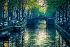 De machtige weelderige kanalen van Amsterdam stock afbeeldingen