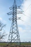 De machts pylon en blauwe hemel van de elektriciteitshoogspanning in de Oekraïne royalty-vrije stock afbeeldingen