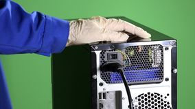 De machtskabel van de handstop aan computer en drukknop stock video