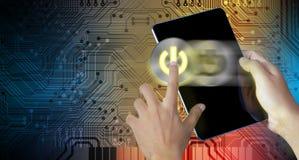 De machtsknoop van de handpers op het digitaal tabletscherm stock afbeelding