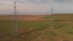 De machtslijnen van de elektriciteitstransmissie stock video