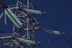 De machtstoren van de hoogspanningstransmissie met glasisolatie Blauwe hemel Royalty-vrije Stock Fotografie