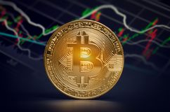 De macro glanzende bitcoin en handelgrafiek van marktgegevens virtuele crypt Royalty-vrije Stock Foto's