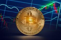 De macro glanzende bitcoin en handelgrafiek van marktgegevens virtuele crypt Royalty-vrije Stock Foto