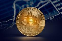 De macro glanzende bitcoin en handelgrafiek van marktgegevens virtuele crypt Stock Afbeeldingen