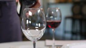De macro Rode Wijn van Kelnersserves visitors pouring in Wijnglazen stock videobeelden