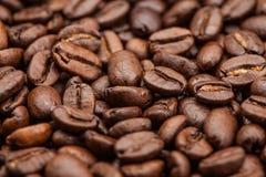 De macro roosterde bruine koffiebonen als achtergrond Royalty-vrije Stock Fotografie