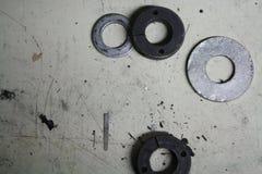 De macro schoot foto van metaal zilveren donkere wasmachines op geschaafde omhoog metaalachtergrond Royalty-vrije Stock Foto