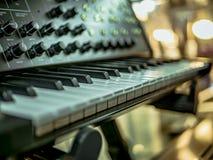 De macro schoot hand het spelen op de sleutels van de synthesizerpiano stock foto's