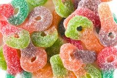 De macro van kleurrijke suiker bedekte taai kleverig suikergoed met een laag royalty-vrije stock foto