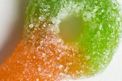 De macro van kleurrijke suiker bedekte taai kleverig suikergoed met een laag stock afbeelding