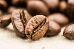 De Macro van koffiebonen Stock Afbeeldingen
