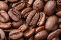 De macro van koffiebonen als achtergrond Stock Foto