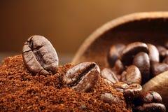 De macro van koffiebonen op een bruine achtergrond Royalty-vrije Stock Foto