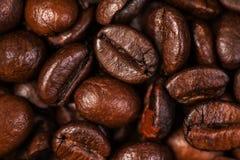 De macro van koffiebonen op een bruine achtergrond Royalty-vrije Stock Afbeelding